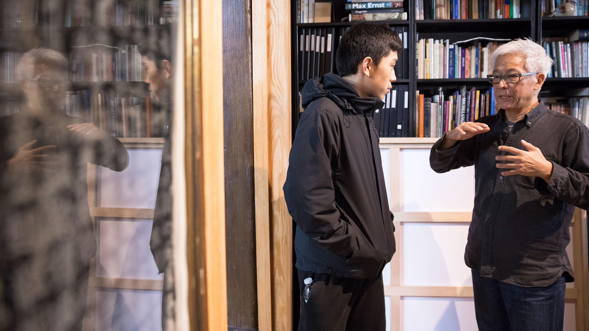 Artist Zhang Hongtu speaks with a high school student. Photo: Ben Hider © SRGF