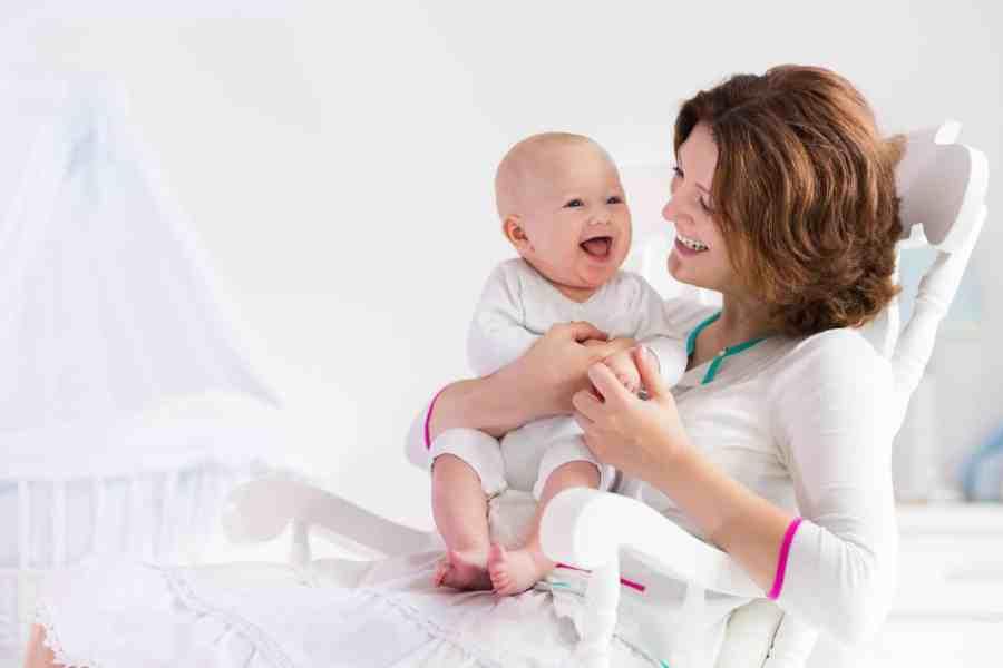 Imagem mostra uma mulher segurando um bebê no colo