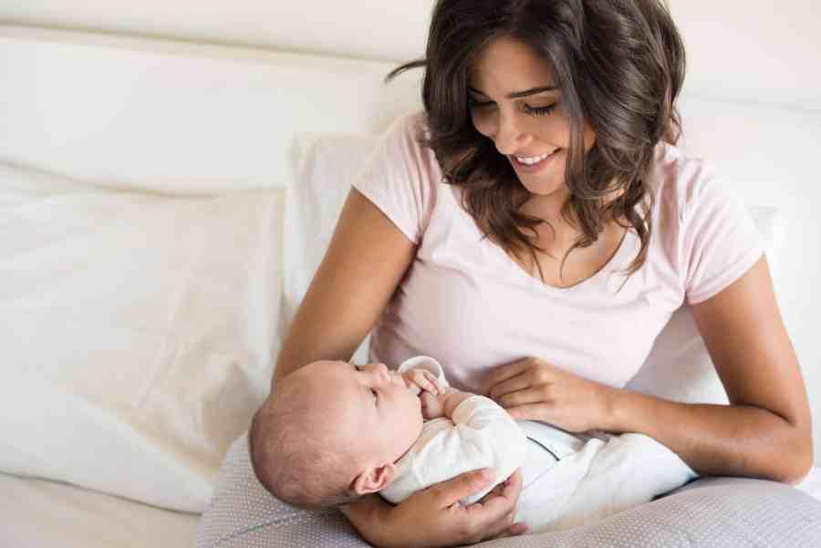 Imagem mostra uma mulher com um bebê no colo