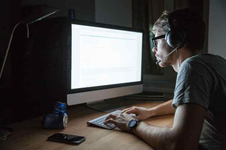 Homem trabalhando em computador.