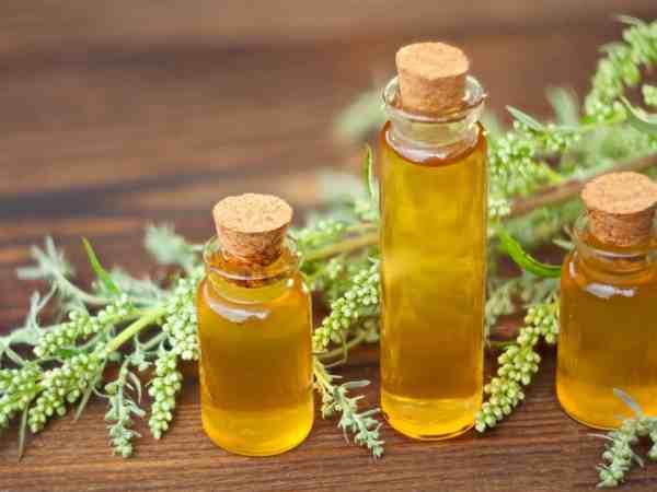 Vidros com óleo corporal sobre mesa.