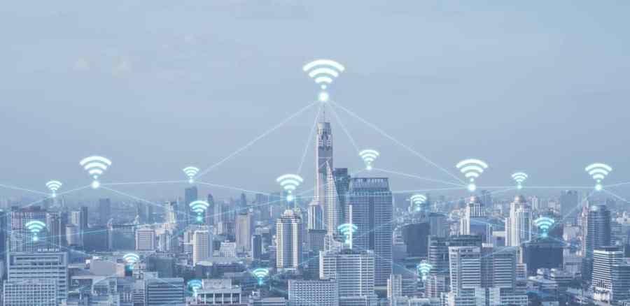 Imagem de cidade com sinais de wi-fi.