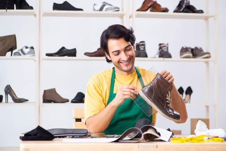 Homem medindo sapatos.