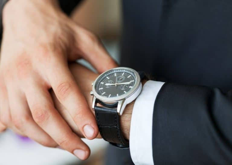 Homem com relógio de pulso.
