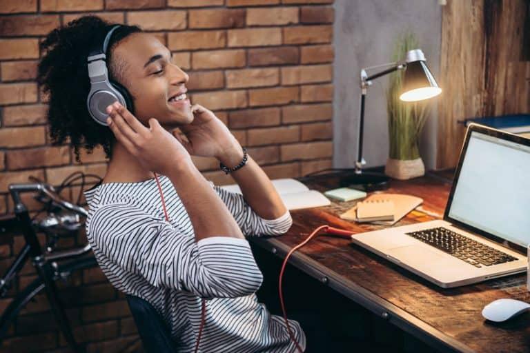 Imagem de homem ouvindo música com fone de ouvido Sony.