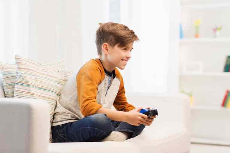 Menino jogando video game.