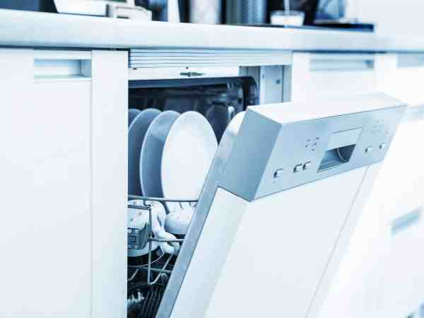 Máquina de lavar louças aberta.