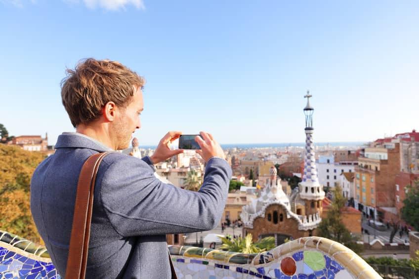 Imagem de homem tirando foto.