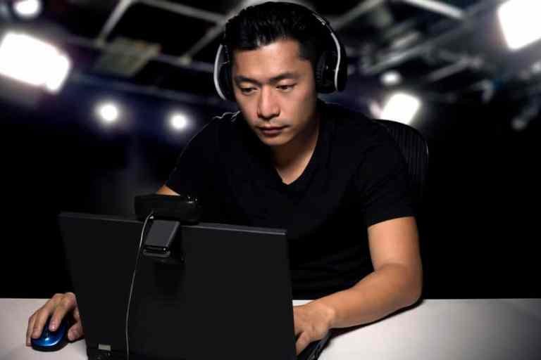 Homem jogando com notebook gamer.