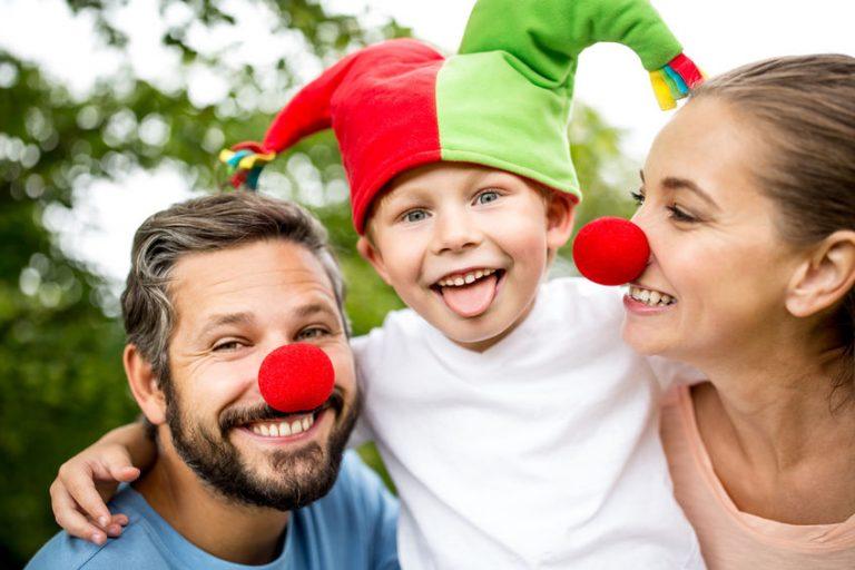 Pais e filho com fantasia de palhaço.