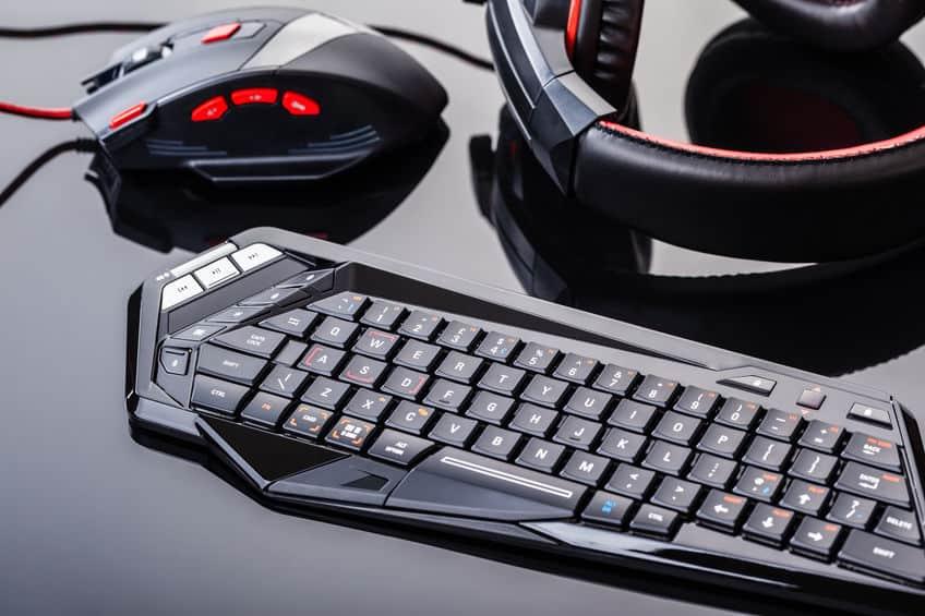 teclado e mouse pretos em cima de uma bancada