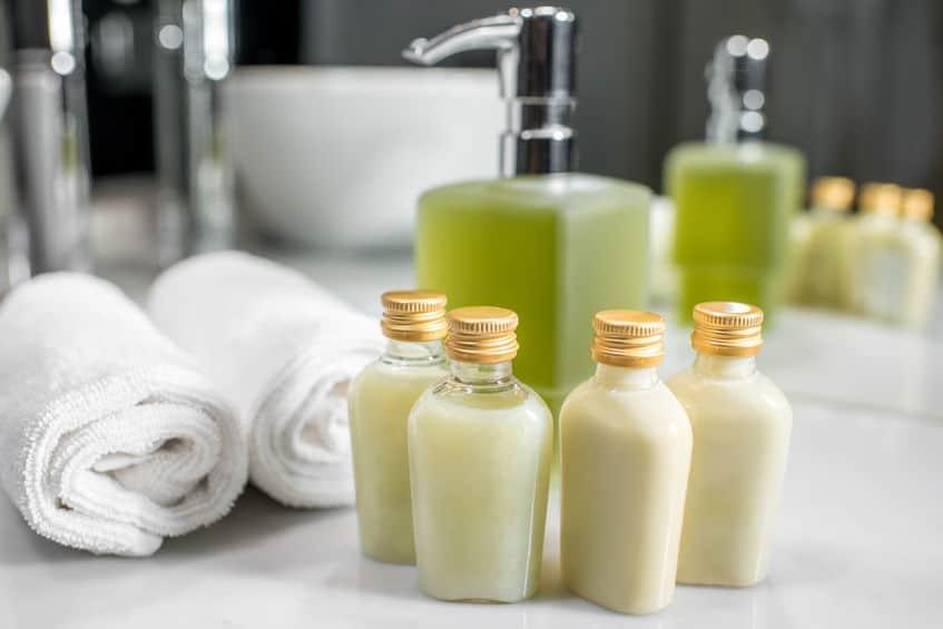 Vários vidros pequenos de shampoo natural