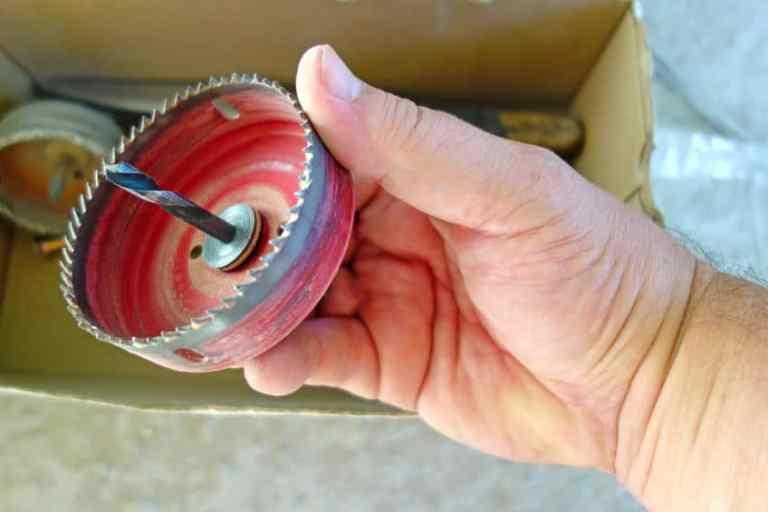 Imagem de pessoa segurando serra de copo.