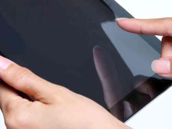 Mãos femininas segurando um tablet
