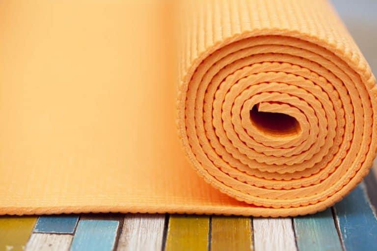 Tapete de yoga laranja.