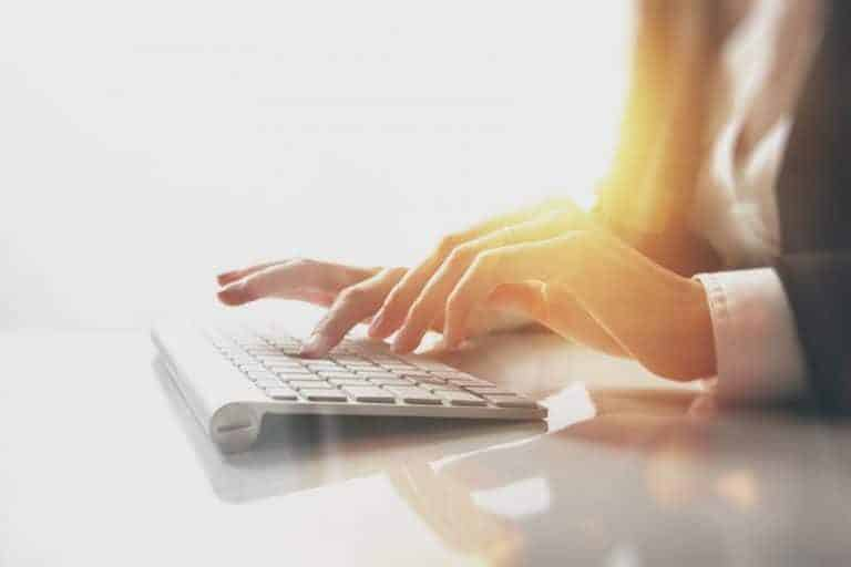 Imagem de mulher trabalhando.