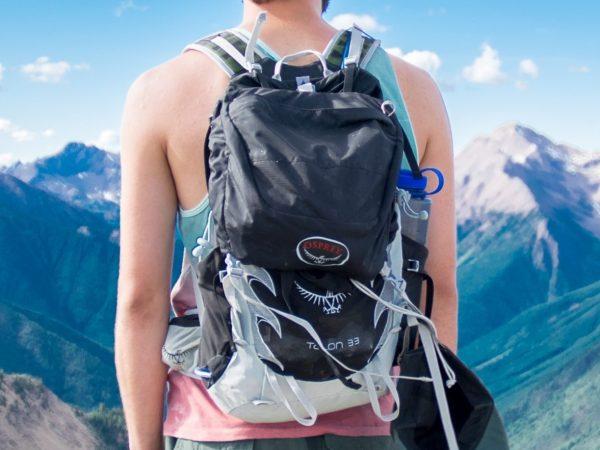 cara com saco de trekking