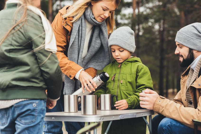 família tomando café