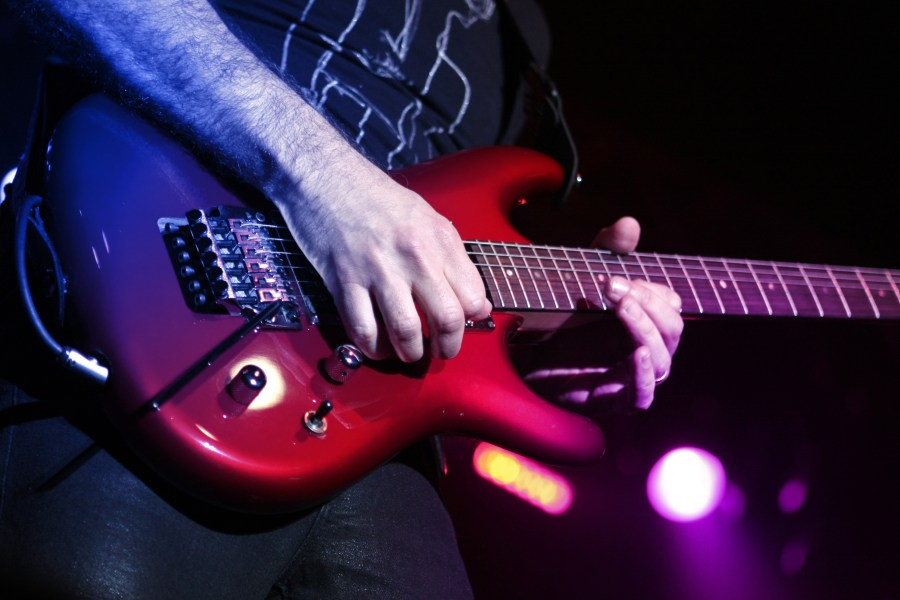 guitarra elétrica vermelha