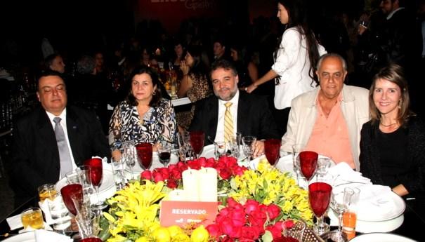 Presidente do Sebrae-DF, ao lado de amigos, prestigiando o evento