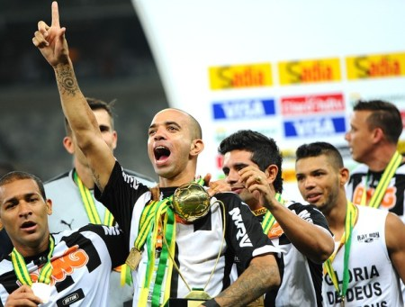 Diego Tardelli comemora com o troféu de melhor jogador da final (Foto: Gustavo Andrade)