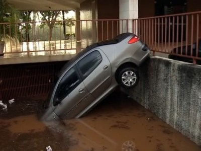 Na manhã desta quarta, carro estava com a parte a frente atolada após forte chuva que caiu no Distrito Federal (Foto: TV Globo/Reprodução)