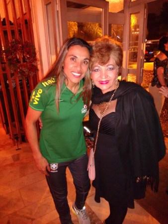 Jogadora Marta e a jornalista Luzia Câmara prestigiando a comemoração de Sankta Lucia