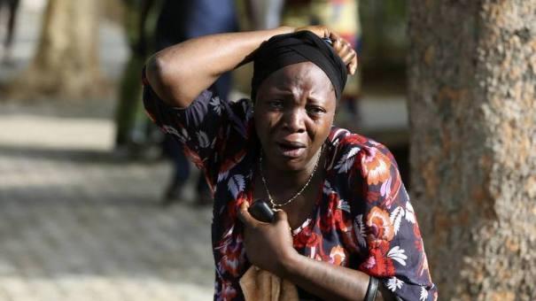 Mulher chora diante da chegada de vítimas em hospital após ataque do Boko Haram. Grupo extremista islâmico aterroriza a Nigéria desde 2009 - Foto: Afolabi Sotunde/Reuters