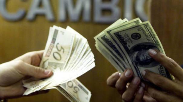 Dólar. Câmbio: a moeda no cartão pré-pago, com taxa de IOF maior, era comercializada a R$ 3,19 - Foto: REUTERS/Bruno Domingos