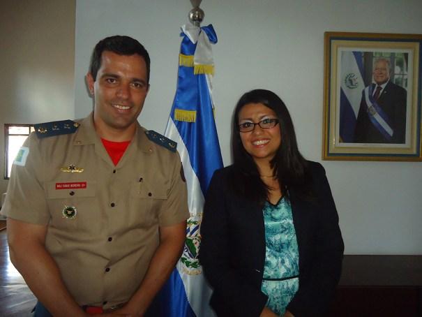 Embaixadora da República de El Salvador, Senhora DIANA MARCELA VANEGAS e o Chefe da ASCOP/CBMDF, Major FÁBIO MOREIRA SILVA - Foto: ASCOP/CBMDF