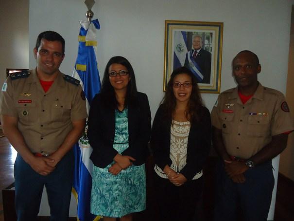 Embaixadora da República de El Salvador, Senhora DIANA MARCELA VANEGAS, Conselheira salvadorenha, Senhora MARCELA RENDEROS, o Chefe da ASCOP/CBMDF, Major FÁBIO MOREIRA SILVA, e o assistente de Relações Internacionais, Sargento VALDÉRIO VELOSO - Foto: ASCOP/CBMDF