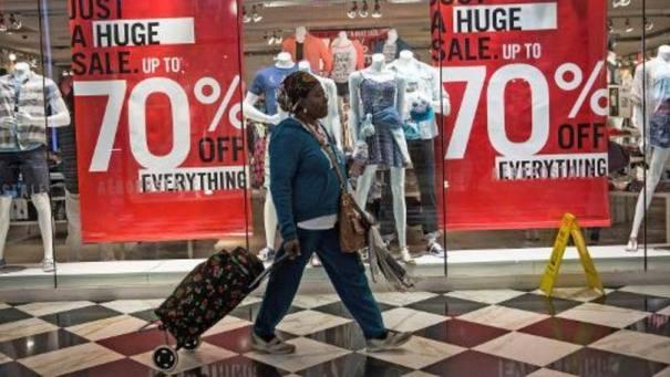 Vitrine de uma loja em Nova York: a farra turística do Brasil, que durou dez anos, está acabando - Foto: Andrew Burton/AFP