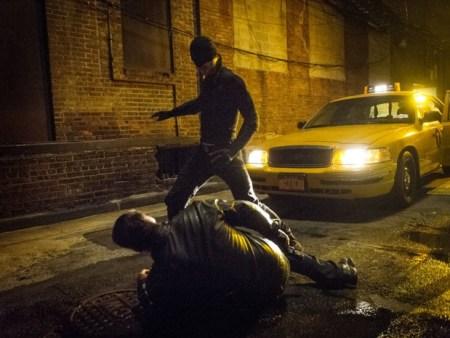 O herói passa a maior parte da primeira temporada com um uniforme negro (Foto: Divulgação)