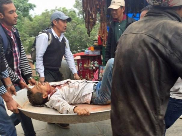 Feridos foram socorridos pela população no Nepal neste sábado (25) (Foto: Marcelo Gama / Acervo pessoal)
