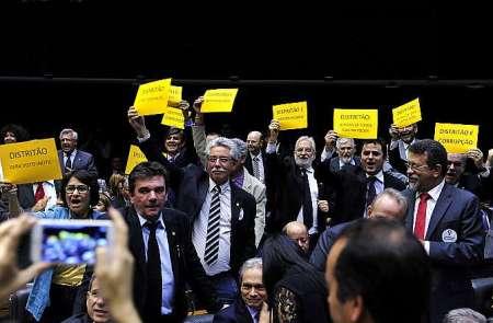 """Deputados levantaram cartazes em protesto contra o """"distritão"""" - Foto: Luis Macedo/Câmara dos Deputados"""