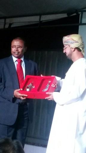 Embaixador do Sudão recebendo presente do Embaixador de Omã