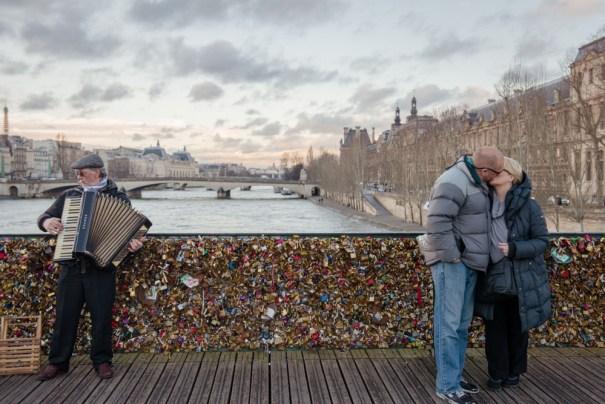 Pont des Arts, em Paris: em junho, parte da ponte desmoronou pelo peso dos cadeados - Foto: Internet