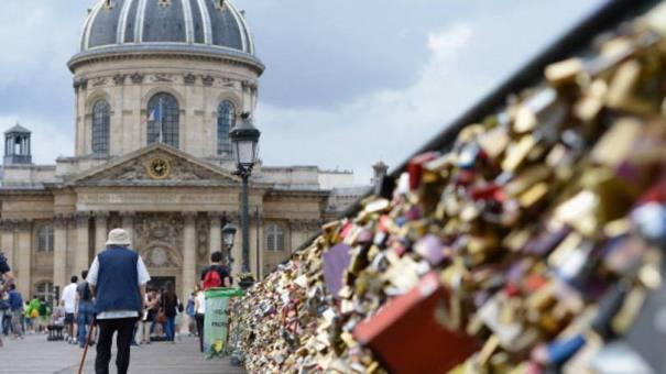 Pont des Arts, em Paris: em junho, parte da ponte desmoronou pelo peso dos cadeados - Foto: Getty Images