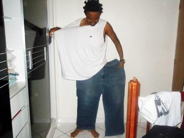Marcelo Rodrigues veste roupas que usava antes de perder 80 kg (Foto: Marcelo Rodrigues/Arquivo Pessoal)