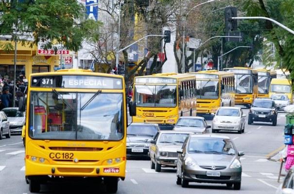 Invadir corredor exclusivo de ônibus passa a ser infração gravíssima - Foto: Michel Willian/SMCS
