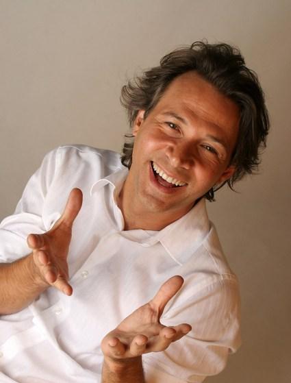 Humorista Nelson Freitas, apresenta stand-up comedy Nelson Freitas e Você