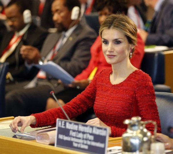 A rainha vestida de vermelho, uma cor que lhe senta muito bem. A rainha numa conferência internacional .