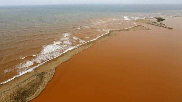 Vista aérea da lama de barragens da Samarco que invadiram o Rio Doce e chegam até a costa do ES: talvez um feriado perdido não pareça tão traumático, mas para a maltratada classe média brasileira, esse é um fim de ano desastroso - Foto: Ricardo Moraes/Reuters