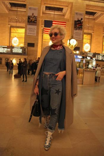Angelica Ferrer na Grand Central Terminal de Nova Iorque. Esse relógio de atrás dela é da Tiffany e esta avaliado em mais de 50 milhoes de dólares