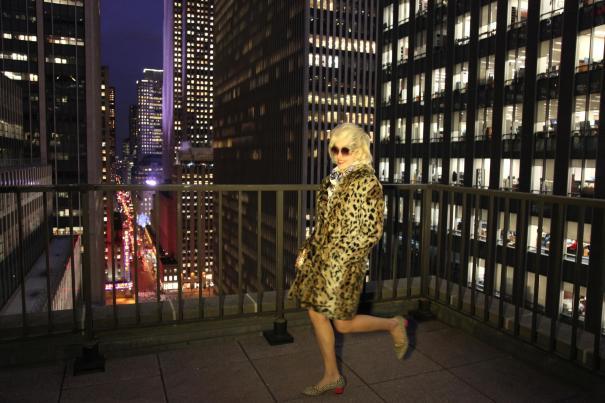 Angelica Ferrer no terraço do seu apartamento com vistas para Radio City