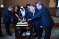 Embaixador do Estado de Kuwait, S.E. Sr. Ayadah M. Alsaidi, Embaixador do Líbano, S.E. Sr. Joseph Sayah, Ministro dos Esportes, Sr. Leonardo Picciani, Embaixador do Egito para a América do Sul, S.E. Sr. Alaa Roushady cortando o bolo da festa