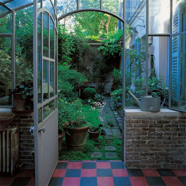 Piccola serra all'interno di un'abitazione