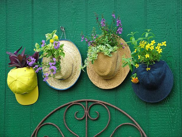 Vecchi cappelli e berretti sono perfetti per nascondere un piccolo vaso sobrio e noioso e trasformare un contenitore
