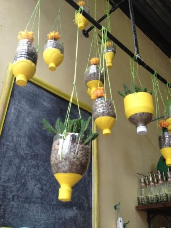 questi vasi sono fatti interamente di plastica utilizzando bottiglie vuote