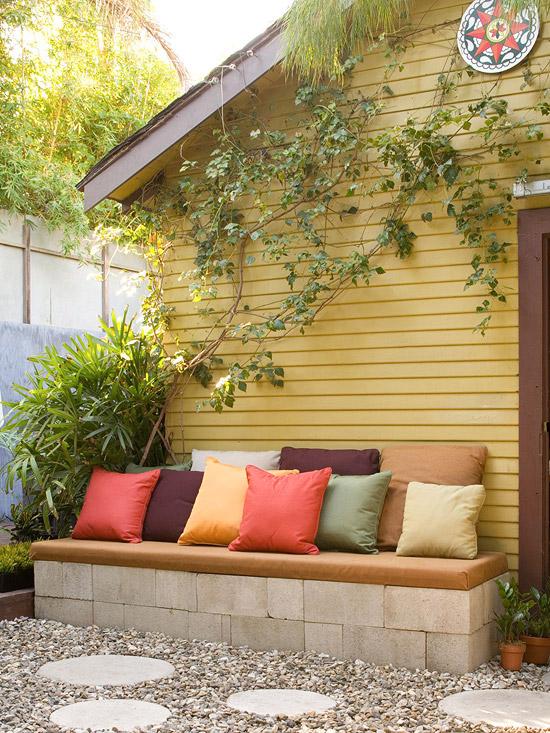 Realizzare una panchina con blocchi di cemento e cuscini colorati è facile e economico